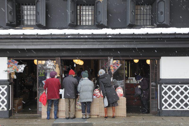 正月飾りを買い求める人々(People buying decorations for New Year's Day)