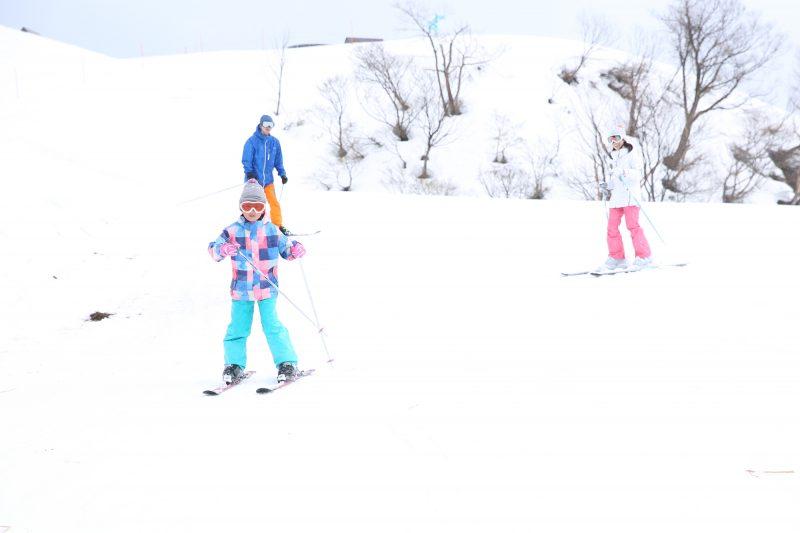 スキーを楽しむ人々(People enjoying skiing)