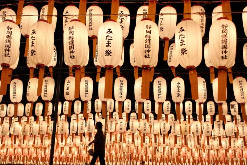 万灯みたま祭が生み出す幻想的な景色(Fantastic View unique to Mantou Mitama Festival)