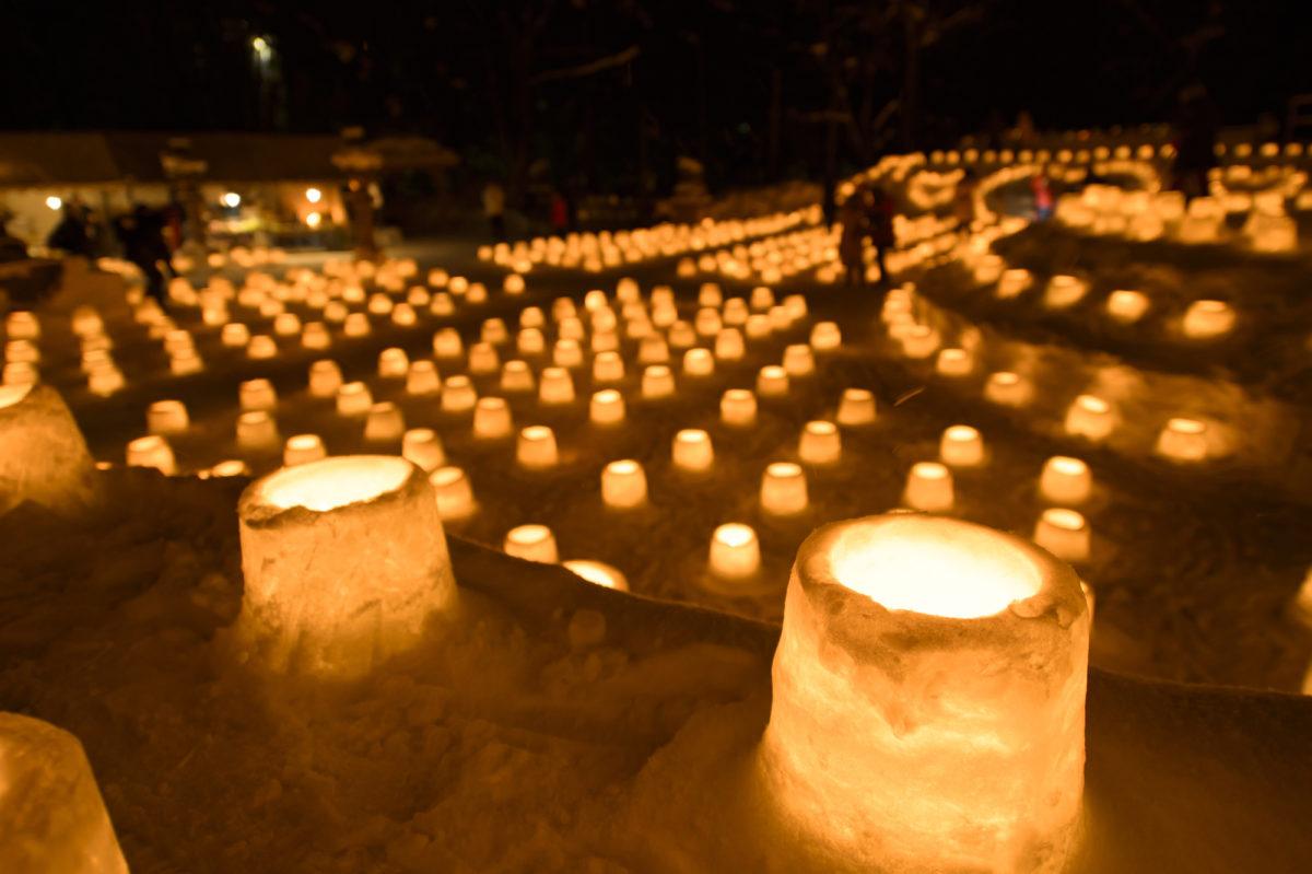 雪の灯籠が溢れる定山渓神社(Jozankei Shrine filled with lanterns made of snow)