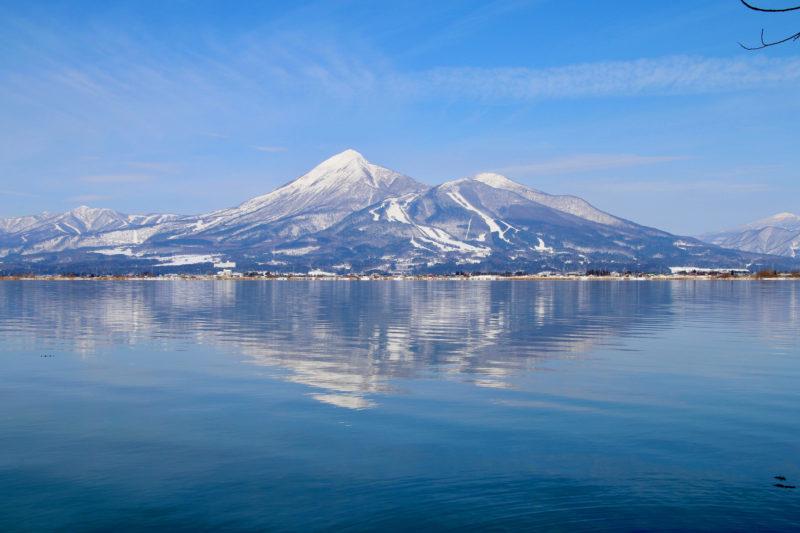 猪苗代湖と雪に覆われた磐梯山(Lake Inawashiro and Mt. Bandai covered with snow)