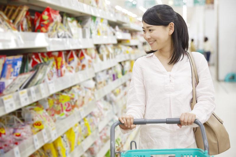 買い物中の女性(Woman who is shopping)