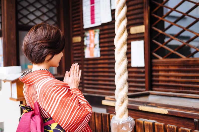 神社に参拝しにきた女性(Woman visiting a shrine to worship)