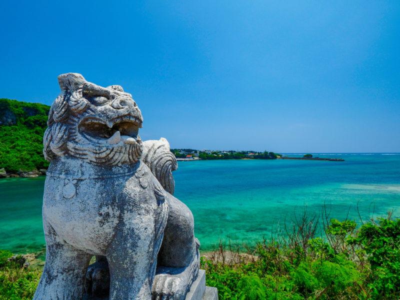 シーサーと海(Okinawan guardian lions and sea)