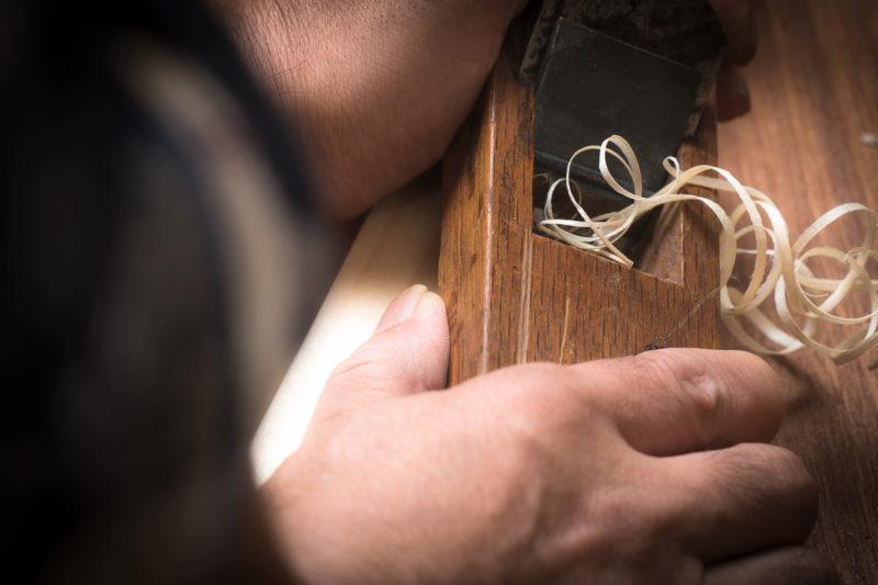 カンナで削られる木材(A planed wood)
