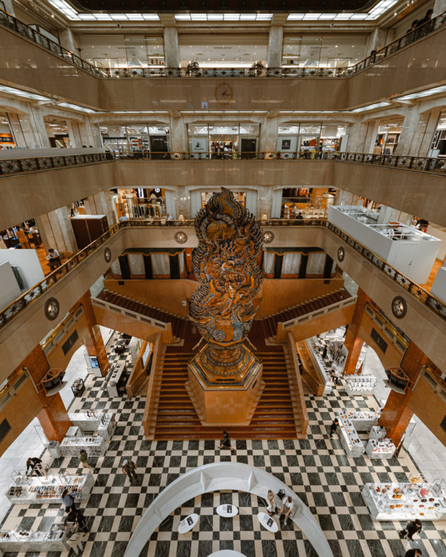 日本のデパートの礎を築いた日本橋三越本店のシンボル。11mの巨大な木彫り像「天女像 まごころ」