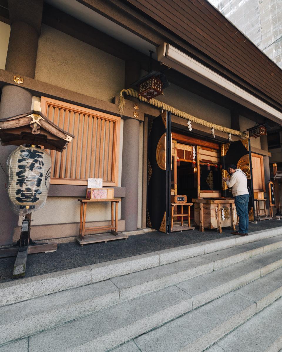 社殿で参拝する様子(A person who are praying at the main hall)