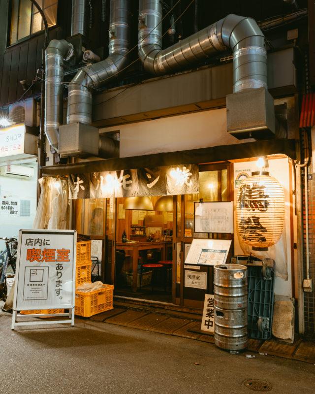 1人前が350円から。炭火で焼き上げるぷりぷりのホルモンが話題の「ホルモン鶴松 新橋店」