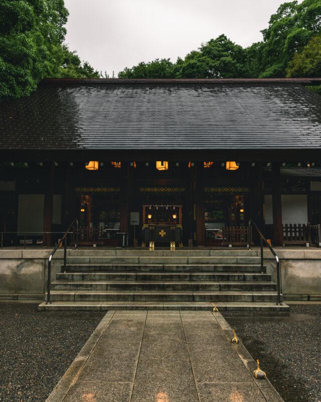 和モダンな社殿と青々と茂る木々が夏の涼を感じさせてくれる。六本木と赤坂の間で出会える「乃木神社」