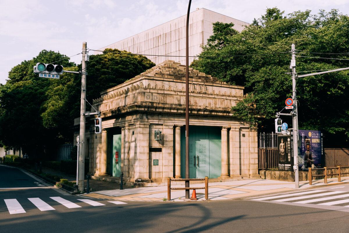 上野駅と日暮里駅の間にある、今は使われていない地下駅。東京都選定歴史的建造物に指定されている「旧博物館動物園駅」