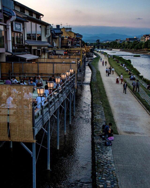 鴨川と京都の街並みを眺めながら食事をいただける。京都の夏の風物詩「鴨川納涼床」