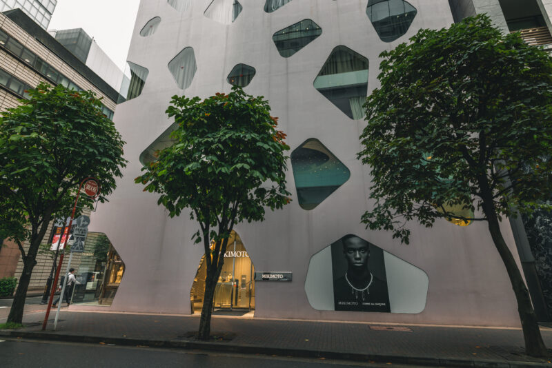 """Ginza's Unique Building is Reminiscent of Pearls -""""MIKIMOTO Ginza 2″ Looking Like a Jewelry Box at Night"""