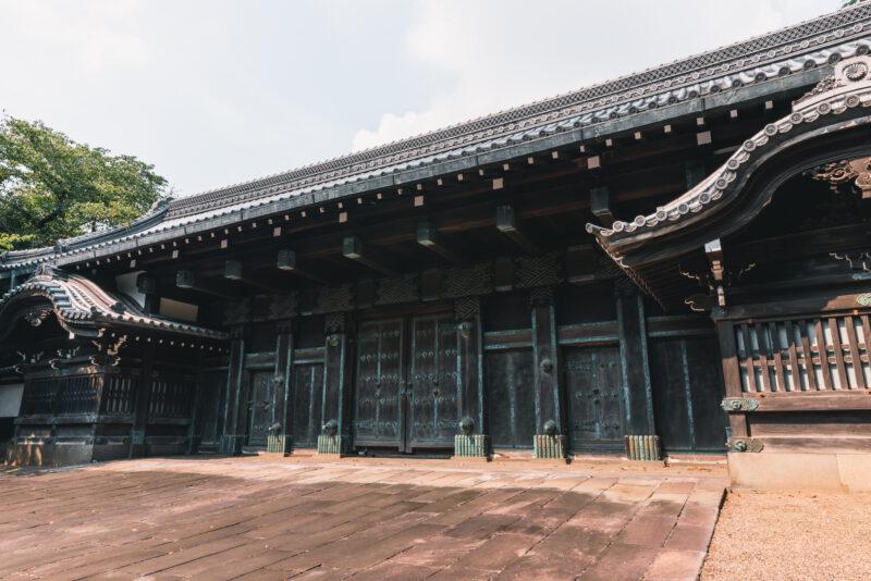 真っ黒な外観で力強さを放つ「旧因州池田屋敷表門」。黒門とも呼ばれ、ひときわ目を引く歴史的建造物