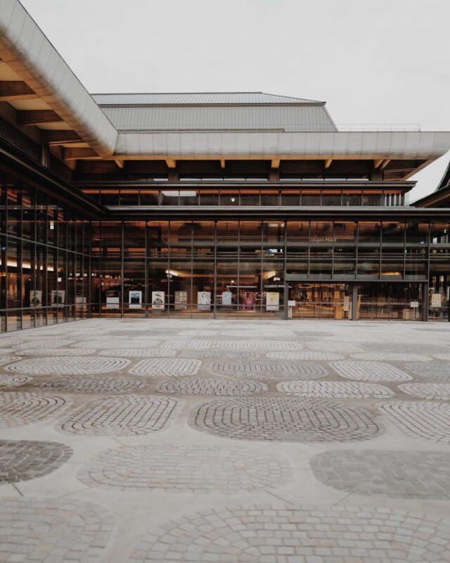 昭和のモダニズム建築を再生、コンサートホールやカフェ・レストランが入った共用施設「ロームシアター京都」